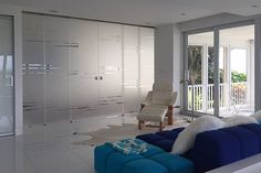 Glass partition with telescopic sliding glass doors Glass Hinges, Sliding Glass Door, Glass Doors, Glass Room Divider, Sliding Door Systems, Glass Partition, Luxury Rooms, Light And Space, Folding Doors
