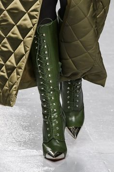 David Koma, Fall 2017 - The Fiercest Shoes on the Fall 2017 London Runways - Photos Fall Winter Shoes, Autumn Winter Fashion, Winter Green, Runway Fashion, Fashion Shoes, London Fashion, Victorian Shoes, Shoe Boots, Shoes Heels
