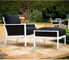 Relax outdoors with this outdoor lounger.