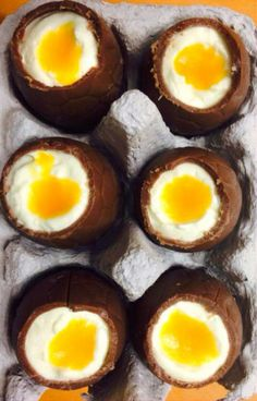 easter eggs filled with lemon cheesecake and passionfruit yolk Creme Egg, Lemon Cheesecake, Easter Chocolate, Yummy Treats, Easter Eggs, Tasty, Sweets, Breakfast, Food