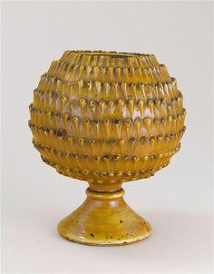 Musée d'Ecouen. Vase sur pied en forme de pomme de pin. ECL14271. 1° tiers 16°s. DERUTA (origine) Faïence.  Ht: 0.21 m.