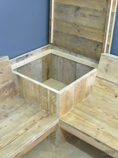 Corner bench from used Scaffolding wood with storage table - Diy Outdoor Furniture, Deck Furniture, Pallet Furniture, Budget Patio, Diy Patio, Garden Yard Ideas, Garden Projects, Patio Ideas, Palette Deco