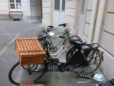 tweedehands oma fiets met fietsmand voor in parijs