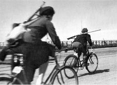 Фото: Девушки-связные на Кировском мосту Ленинграда