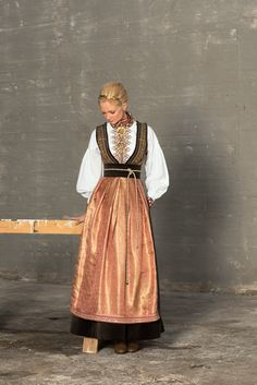 evaliedesign_fantasistakker_smal_web16 Frozen Musical, Folk Fashion, Medieval Dress, Textiles, Folk Costume, Sewing Clothes, Traditional Dresses, Costume Design, Beautiful Outfits