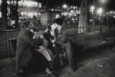 Sabine Weiss - Couples Amoureux, Place République - 1955