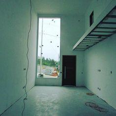 Mais uma em fase de acabamento hora de iniciar o projeto de interiores ;)#rosalimaarquitetura #projeto arquitetonico e interiores #mezanino #pé direito duplo #iluminação natural #residencial portal da serra