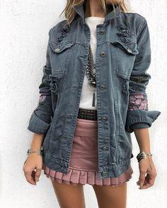 Jaqueta Jeans Leticia | Saia Jaci Rose Look divo passando por sua timeline Tecido: Jeans Fechamento de botões Medidas: M- 104cm de Busto, 66cm de Comprimento. Compras on line: www.estacaodamodastore.com.br Whats app: (45)99820-6662 - Andreia #VAREJO ☎️SAC: (45)3541-2940 ou 3541-2195