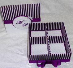 Medida:15x15x5    Caixa MDF com 04 divisórias, forrada em tecido listrado e piquet, pés de resina, iniciais dos noivos bordados, laço chanel em fita de gorgurao,  *