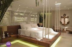 Decoração de Interiores – Quartos  Este quarto de casal esbanja requinte e criatividade. O destaque é o projeto de marcenaria, que une o suporte da cama com a cabeceira, deixando o quarto lindo e moderno. Detalhe para a iluminação indireta, aumentando a sensação de conforto do ambiente.  Projeto: Cyane Zaboli  http://decoraclick.com.br/decoracao-de-interiores-quartos-40/