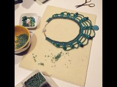 Step by step Maxi Colar Turquesa, video and pictures tutorial Wire Jewelry Designs, Beaded Jewelry Patterns, Beading Patterns, Jewelry Crafts, Diy Necklace, Seed Bead Necklace, African Beads Necklace, Micro Macramé, How To Make Necklaces