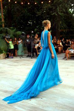 Los 30 momentos más cool de Madrid Fashion Week  El vestidazo azul de Josep Font para DelPozo.