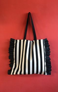New pattern added! Striped or border eco bag with cute side frills for adults – Bag İdeas Potli Bags, Diy Tote Bag, Embroidery Bags, Jute Bags, Denim Bag, Cloth Bags, Mode Style, Handmade Bags, Diy Clothes