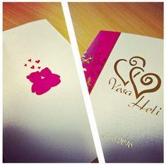 Hääkutsukortit jossa materiaalina upea Curious Collection Ice Gold Metallics kartonki. Kutsut viimeisteltiin painamalla kultafolio punaisen painovärin jälkeen. #painopirttioy #hääkutsu #wedding #häät #kutsukortti #kesähäät #invitation #foilprint #goldfoil