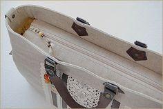 ファスナーのフタ 作り方 【 前編 】 - ちくちくふれんど ** はんどめいど日記 ** Patchwork Bags, Quilted Bag, Japanese Bag, Simple Bags, Little Bag, Handmade Bags, Backpack Bags, Bag Making, Purses And Bags