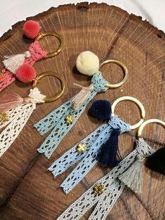 Μαρτυρικά βάπτισης μπρελόκ με δαντέλα και πομ πον Diy Arts And Crafts, Cute Crafts, Yarn Crafts, Felt Crafts, Baby Boy Baptism, Baby Christening, Vintage Bookmarks, Jw Gifts, Crochet Rabbit