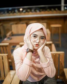 Pin Image by Bunda Hijaber Hijab Dp, Casual Hijab Outfit, Ootd Hijab, Hijab Chic, Beautiful Hijab Girl, Beautiful Muslim Women, Hijabi Girl, Girl Hijab, Muslim Images