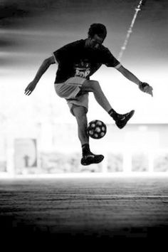 Jumping with perfect ball control! Types Of Photography, Sport Photography, Video Downloader App, Soccer Outfits, Soccer Pictures, Figure Drawing Reference, Professional Photographer, Liverpool, Photo Editing