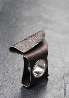 Marianne Anselin - Bague feuille pliée en acier rouillé patiné et douille en argent poli - 575€