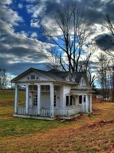 Old Farm House Left To It's Self. it is a shame it is abandoned! I would love to have a little house like this. & love the little porch! Old Abandoned Houses, Abandoned Mansions, Abandoned Buildings, Abandoned Places, Abandoned Castles, Beautiful Homes, Beautiful Places, Old Farm Houses, Haunted Places
