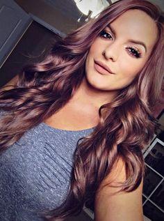 mujer con cabello largo color chocolate malva