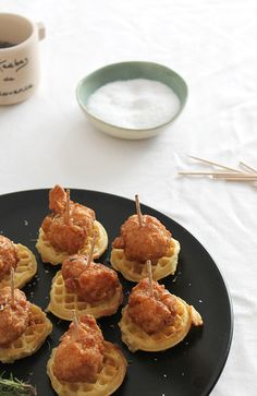 Save this easy brunch recipe to make Mini Chicken and Waffles. Save this easy brunch recipe to make Mini Chicken and Waffles. Birthday Brunch, Brunch Party, Brunch Wedding, Wedding Reception, Wedding Parties, Wedding Breakfast, Easter Brunch, Snacks Für Party, Appetizers For Party