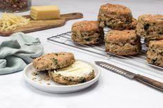 Sýrové scones s medvědím česnekem a ořechy | Elikatesy Salmon Burgers, Scones, Ethnic Recipes, Food, Essen, Meals, Yemek, Eten, Buns