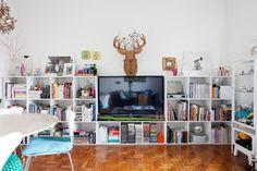 Mucho almacenamiento con muebles-cubos blancos hasta media altura