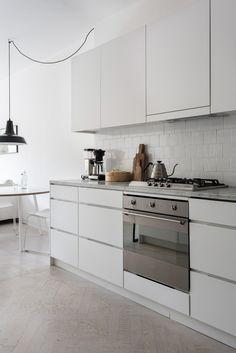 Un petit appartement tout blanc : cuisine simple et jolie