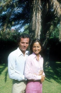 Isabel Preysler y Julio Iglesias Angel Of The Morning, Moving To Miami, Famous Couples, Le Jolie, Big Hugs, How To Speak Spanish, Strike A Pose, Famous Faces, One Pic