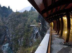 La Via Mala è una storica strada d'accesso alla valle di Scalve scolpita nella roccia che sovrasta il fiume Dezzo creando un ambiente naturale spettacolare.