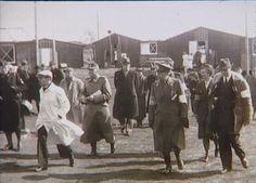 Grev Folke Bernadotte besøger karantænestationen i Padborg d. 21. april 1945. Bag manden i hvid kittel ses SS-Obersturmbannführer Rennau  Tidsperiode og årstal Datering:21. April 1945 - See more at: http://samlinger.natmus.dk/FHM/21146#sthash.IQR55GDk.dpuf