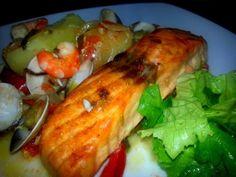 É Salmão o que posso mais dizer...Eu adoro Salmão!! Tinha camarão e ameijoa aqui em casa decidi juntar á receita e ...ficou maravilhoso!!