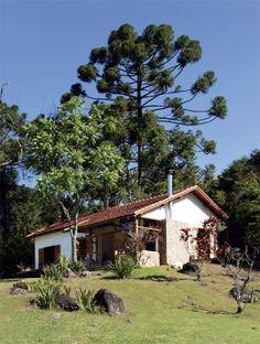 Esta casinha de campo transformou-se completamente com o uso de materiais da construção original e pedras da região. Precisava mais?