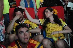 Le foto più belle dei Mondiali: Una tifosa colombiana consola il suo fidanzato dopo la sconfitta contro il Brasile - Il Post