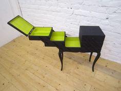 idée pour travailleuse New Furniture, Furniture Makeover, Painted Furniture, Furniture Design, Vintage Sewing Box, Cd Diy, Retro, Decoration, Style Vintage