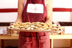 Hoy el plan perruno es en tu cocina. Con la ayuda de Miguitas, la primera repostería para perros de Madrid, preparamos unas fabulosas galletas que ayudarán a tu can a gozar de una vida saludable. Las galletas, tartas y chuches de Charo, son naturales, muy ricas y nutritivas. Todas están supervisadas por un veterinario.