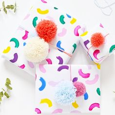 Learn how to make this easy colorful gift wrap in 10 minutes and top it with a couple of pom poms by following this tutorial