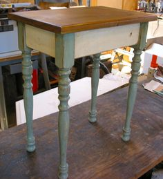 Possible color scheme for table in foyer.A Junker's Journal: Vintage Stair Spindle Projects: Small Side Table Small Woodworking Projects, Small Wood Projects, Scrap Wood Projects, Furniture Projects, Furniture Makeover, Diy Furniture, Woodworking Tools, Diy Projects, Rustic Furniture