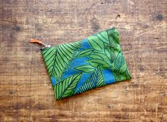 Simple Zipper Pouch Tutorial How to Sew a Zipper Pouch – Easy Beginner Sewing Project Diy Pouch Tutorial, Cosmetic Bag Tutorial, Coin Purse Tutorial, Handbag Tutorial, Patchwork Tutorial, Quilting For Beginners, Sewing Projects For Beginners, Sewing Tutorials, Bag Tutorials