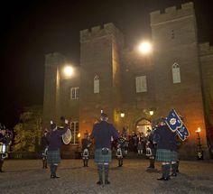 Grupo musical vestindo trajes típicos escoceses e tocando instrumentos tradicionais, em apresentação nos jardins do Palácio Scone, localizado em Perth, Escócia, Reino Unido.