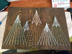 Mountain string art! String Art Templates, String Art Patterns, Diy Christmas Gifts, Holiday Crafts, Cute Crafts, Diy Crafts, Ski Decor, Toy Rooms, Craft Night