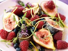 Salad with fresh figs, berries and honey sauce