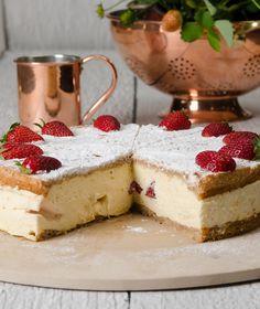 Εμπλουτίζουμε την κλασική τούρτα νουγκατίνα με φράουλες και τη σερβίρουμε σε μια καλοκαιρινή εκδοχή.