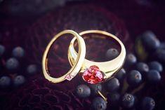 die persönlichsten Eheringe der Welt. Mevisto fertigt aus Haaren des Paares personalisierte Rubine und Saphire. Ruby Pendant, Personalized Jewelry, Heart Ring, Wedding Rings, Pendants, Gemstones, Unique, Sapphire, Personalised Jewellery