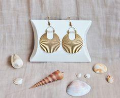 Boucles d'oreilles pierres de Lune blanches & motif solaire en laiton brut (doré), bijou, mariage, bord de mer, Made in France by Myo Jewel
