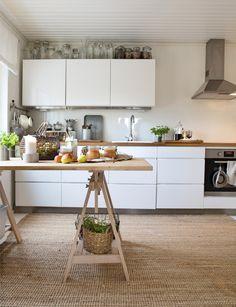 Iso sisalmatto tuo pehmeyttä valkoiseen keittiöön. Big sisal carpet in white kitchen. | Unelmien Talo&Koti Kuva: Toni Rosvall Toimittaja: Nina Nygård