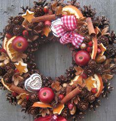 Věneček+s+pomeranči,+skořicí+a+jablíčky+Věneček+na+slámovém+základu+doplněný+přírodními+plody,+skořicí,+umělými+jablíčky,+pomeranči+a+formičkami+o+průměru+cca+29cm.+Velmi+trvanlivá+vánoční+dekorace.+V+podobném+stylu+mám+ve+své+nabídce+také+adventní+košíčky.+Tento+věneček+je+již+prodaný,+mohu+Vám+vytvořit+identický,+který+se+může+lišit+v+detailech...