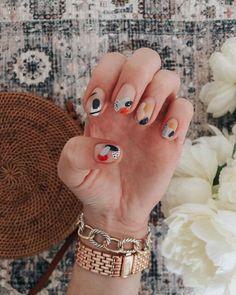 ⭐️ NAIL 💅 ART : abstract edition 🙌⭐️ my girl made my nail art dreams come T R U E the other day { thanks to everyone who… Minimalist Nails, Nail Art Abstrait, Jolie Nail Art, Ten Nails, Nail Length, Modern Nails, Nagellack Trends, Funky Nails, Colorful Nails