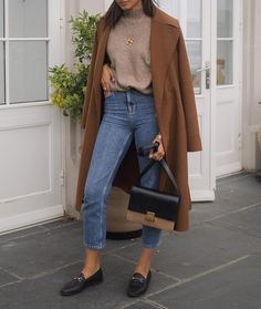 Outfits brown coat, cream sweater, excessive waist straight leg denims, loafers Superfoods for Whole Böhmisches Outfit, Loafers Outfit, Zara Outfit, Zara Fashion, Look Fashion, Gucci Fashion, Winter Fashion Outfits, Fall Winter Outfits, Classic Fashion Outfits